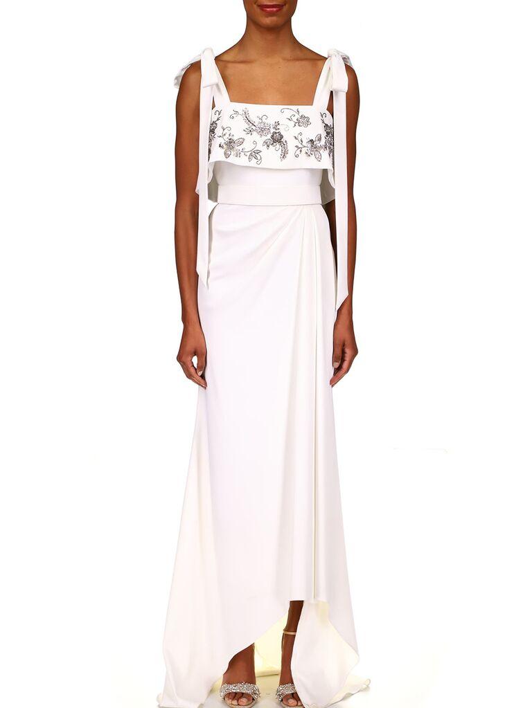 Thắt nơ vai và đính hoa trên thân váy cưới đẹp với váy high-low tinh tế