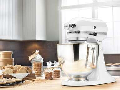 White KitchenAid standmixer with silver bowl