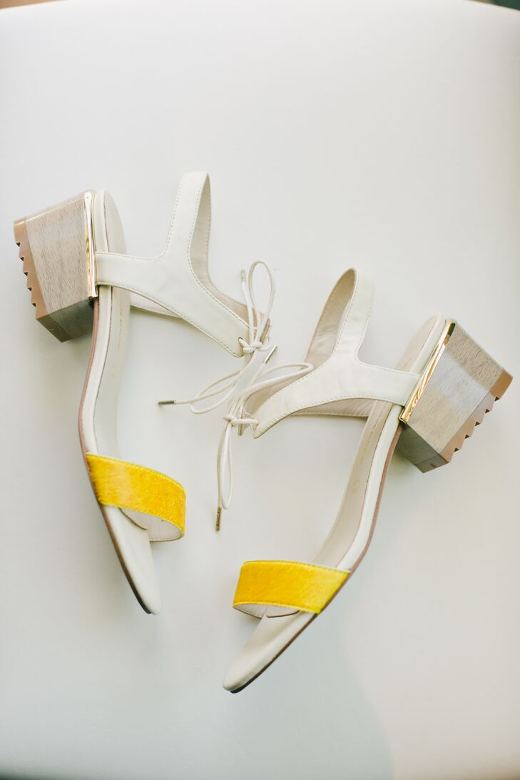 Carolyn's square-heeled sandals had just a touch of yellow—tying them into the day's color scheme.
