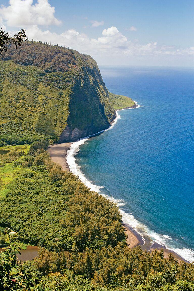 Scenic Hawaiian destination wedding