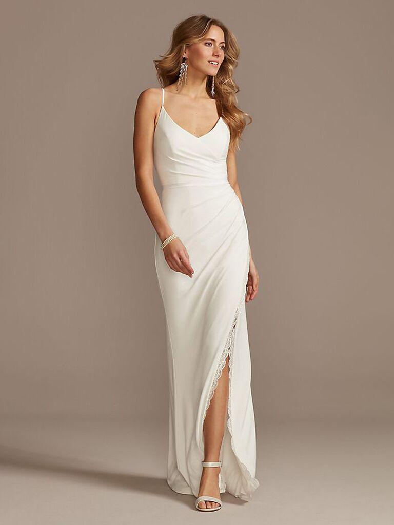 Váy cưới trơn màu trắng dành cho cô dâu của david với dây đai spaghetti đường viền cổ chữ v xếp nếp nhẹ và váy hoa trơn với đường xẻ trang trí bằng ren váy cưới đơn giản đẹp