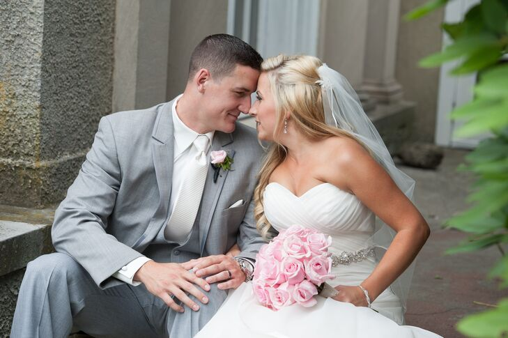 Kristine Vichiola (28 and a teacher) and PJ Cochrane (24 and works in account management) tied the knot in an elegant wedding in Connecticut. The coup