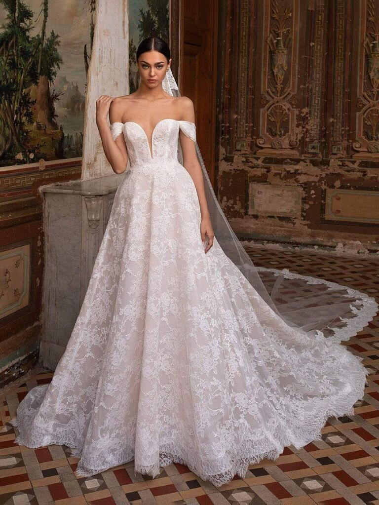 Cửa hàng cô dâu camellia váy cưới hở vai màu trắng với đường viền cổ yếm với ren xuyên thấu sâu và váy dạ hội váy cưới màu trắng đẹp