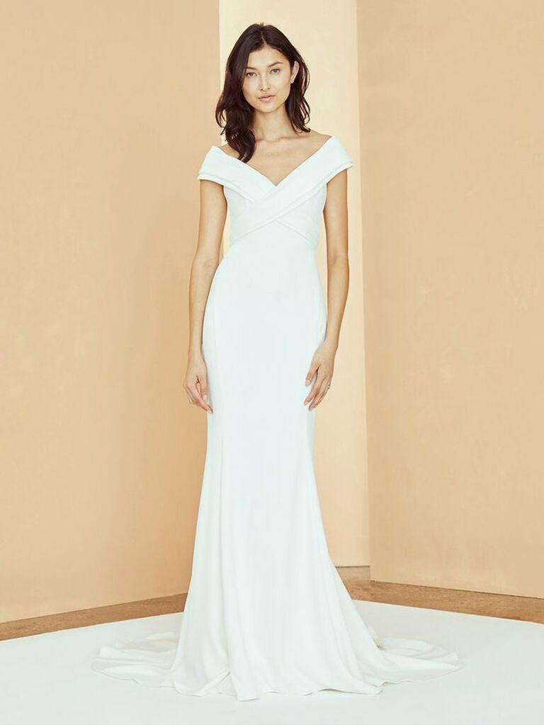 Váy cưới trễ vai màu trắng trơn amsale với dây đai đan chéo cổ chữ V và dạng váy bồng bềnh vừa vặn váy cưới màu trắng đẹp