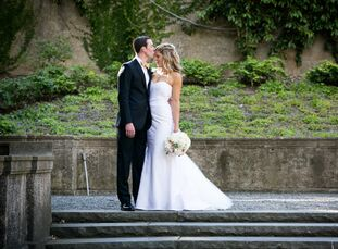 Natalie Hammonds (28 and a wedding planner) and Ry Sanderson (27 and works for Franklin Templeton) planned a romantic mid-summer affair with a color