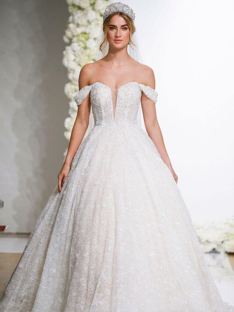 Chiếc váy cưới hở vai màu ngà của morilee với đường viền cổ yếm xẻ sâu và ren lấp lánh và váy dạ hội xếp li váy cưới màu trắng đẹp