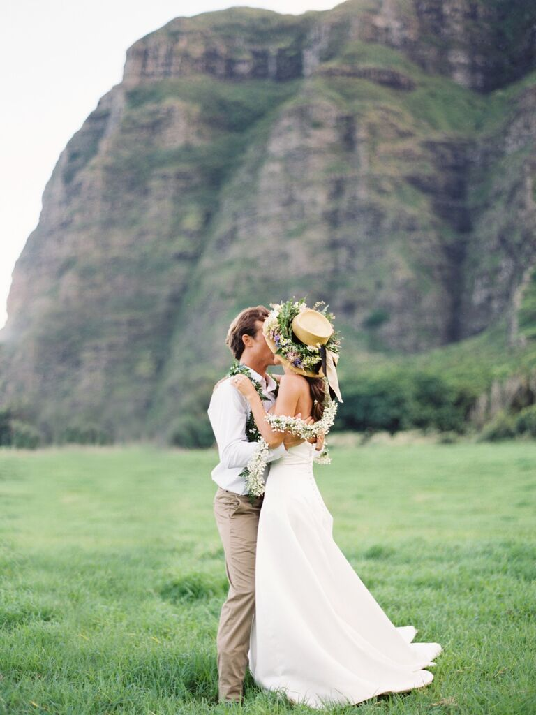 couple kissing in hawaii