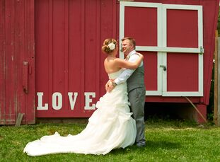 Anne Olson (34 and an environmental compliance manager) and Willie Beattie (31 and an account operations manager) held their wedding on Hope Glen Farm