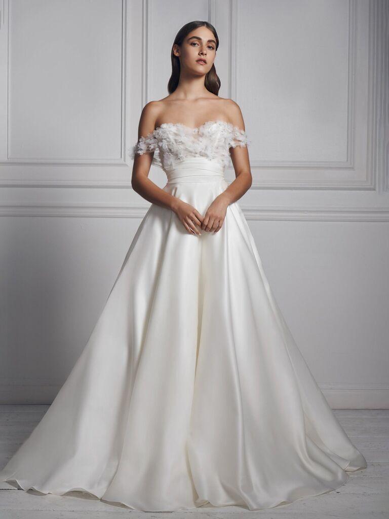Anne sà lan màu trắng đơn giản với chiếc váy cưới trễ vai với phần ngực được trang trí bằng vải tuyn và váy bóng xếp ly váy cưới màu trắng đẹp