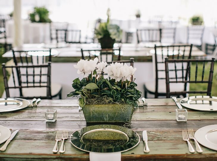 Minimal Reception Table Decor
