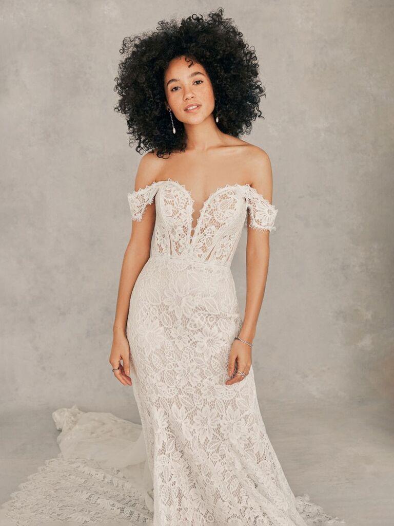 Madison james váy cưới vỏ bọc trắng với đường viền cổ áo khoét sâu v từ vai ren tay áo ren ngực và dạng váy ren hoa phù hợp váy cưới đơn giản đẹp