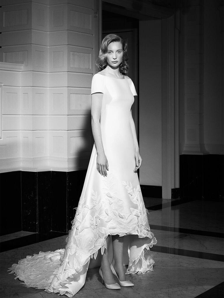 Đường viền cổ thuyền và tay áo ngắn với hoa ren ở chân váy váy cưới đẹp