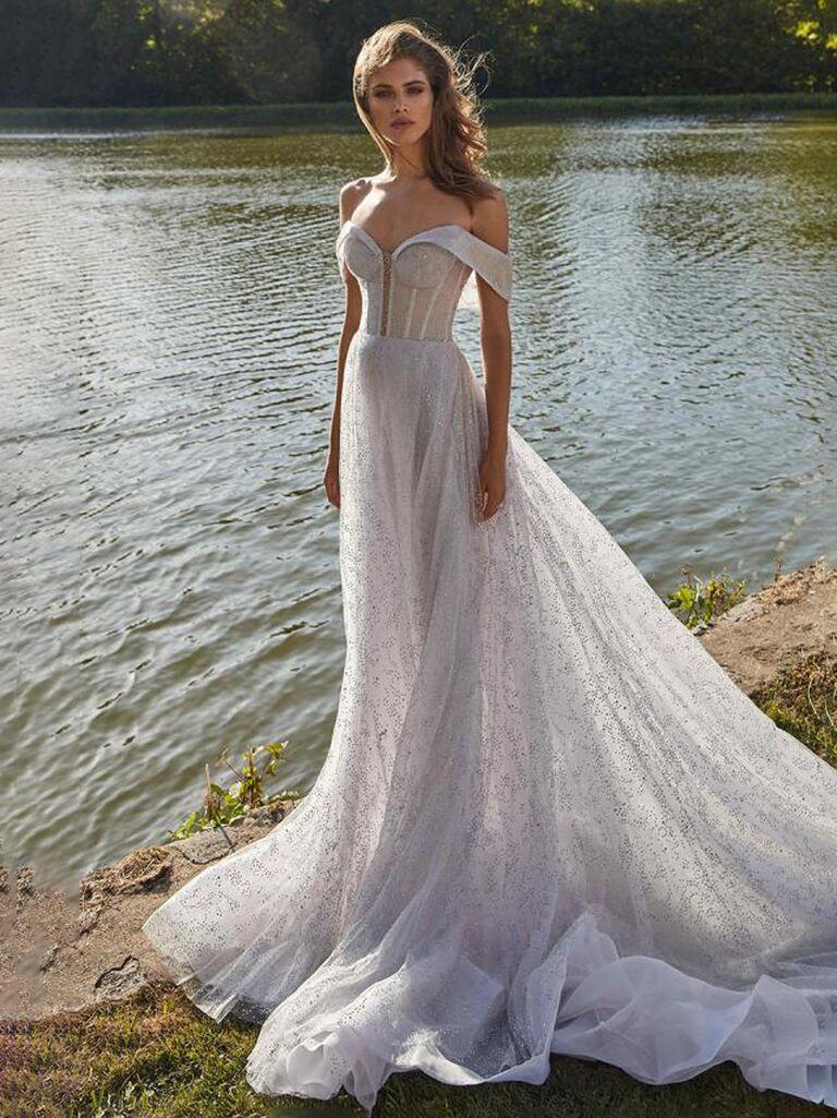 Váy cưới trễ vai màu hoa cà và bạc galia lahav với đường viền cổ yếm xẻ sâu và váy tulle bồng bềnh xếp nếp váy cưới màu trắng đẹp