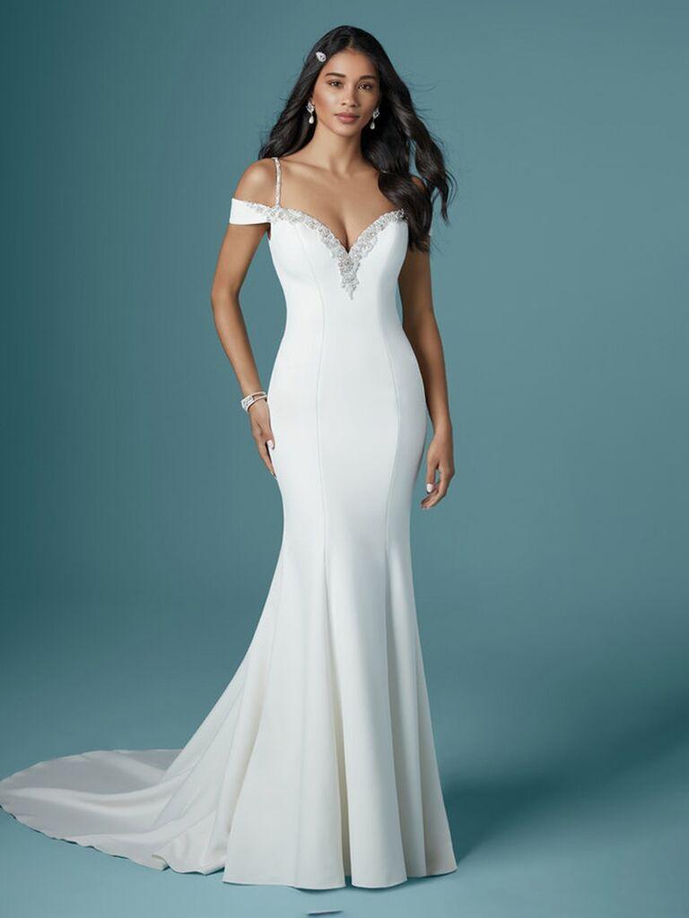 Maggie sottero váy cưới trễ vai màu trắng với đường viền cổ áo khoét sâu chữ v và dây đai spaghetti đính hạt cườm và tạo thành váy hoa trơn váy cưới màu trắng đẹp vừa vặn