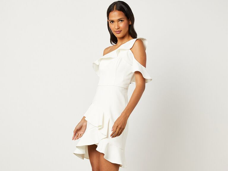 Một chiếc váy ngắn lệch vai và có bèo nhún váy cưới đẹp