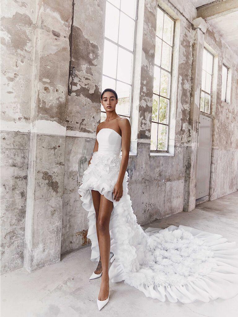 Áo quây đính hoa thủ công trên váy xếp tầng váy cưới đẹp