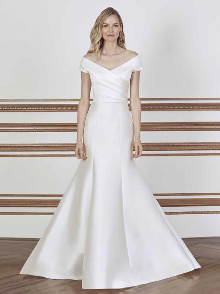 sareh nouri váy cưới trễ vai màu trắng trơn với đường viền cổ chữ v dây đan chéo và dạng váy hoa xếp nếp vừa vặn váy cưới màu trắng đẹp