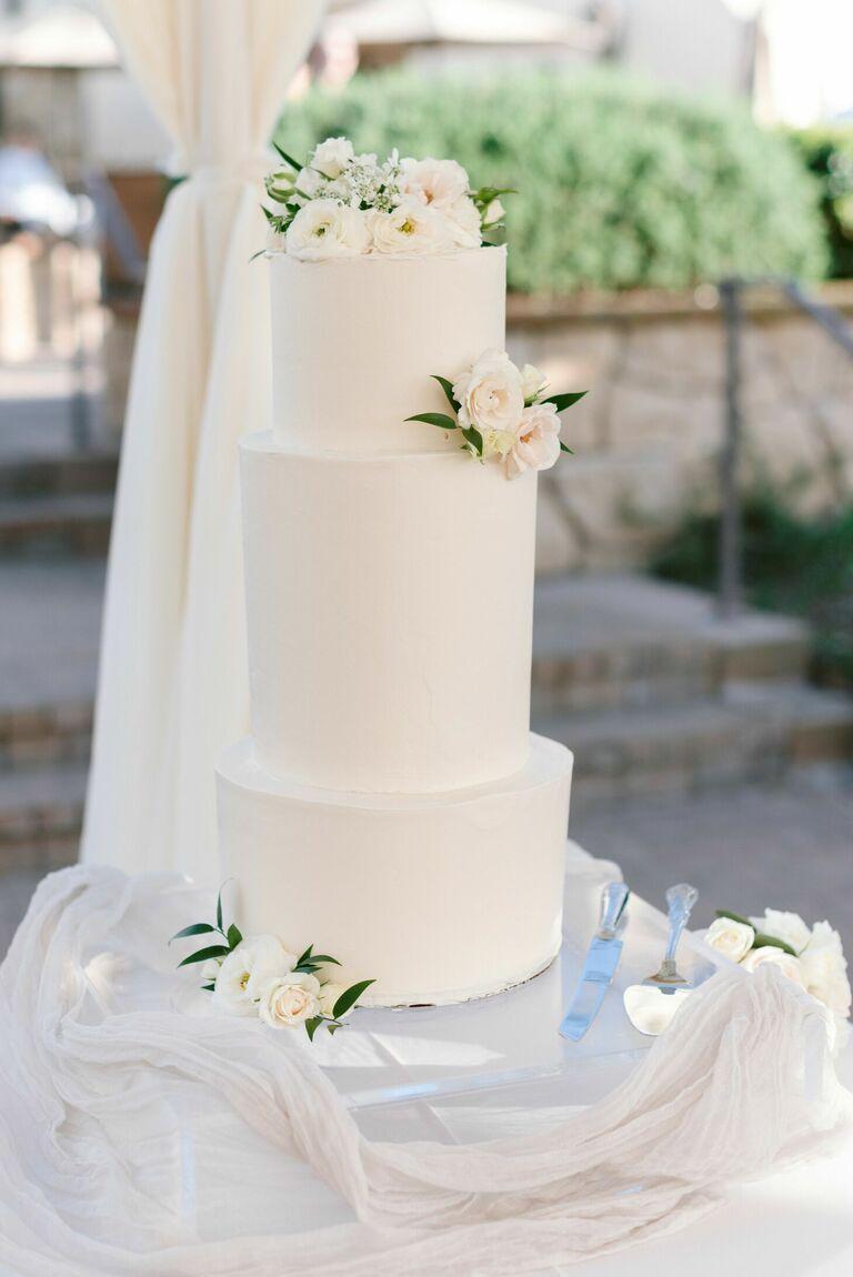 Romantic three-tier wedding cake