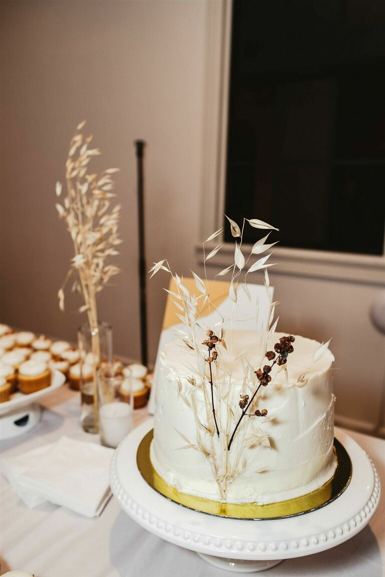 One-tier wedding cake with foliage accents