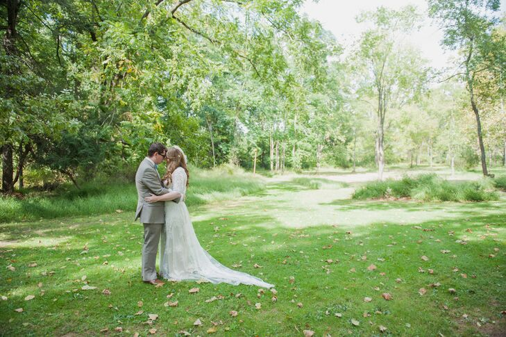 From the wedding arch to the natural bouquets, Caitlin Githens (32 and a horse trainer) and Sean Beattie's (29 and a benefits administrator) bright, S