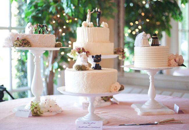 Wedding cake tables: Jenn Hopkins Photography / TheKnot.com