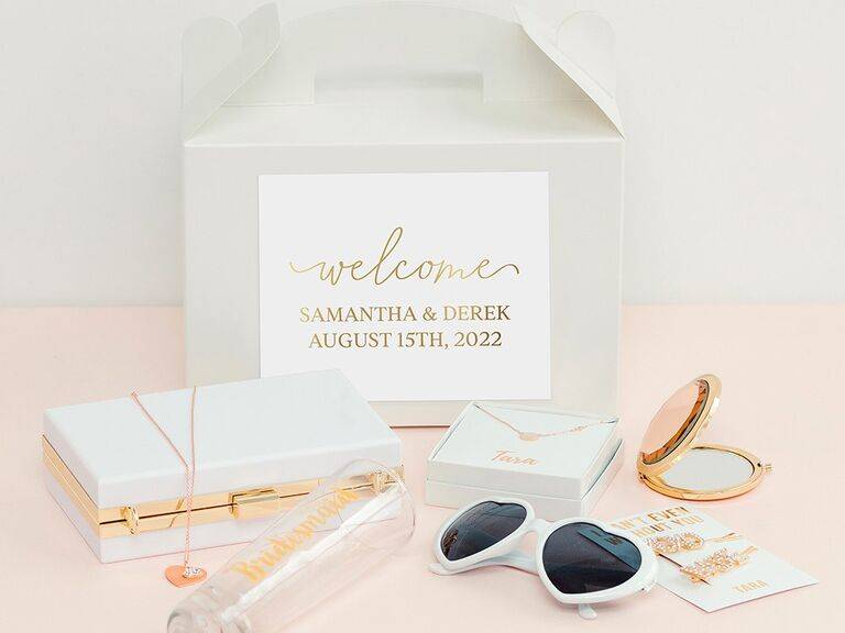 Paper welcome box with personalized label in white and gold