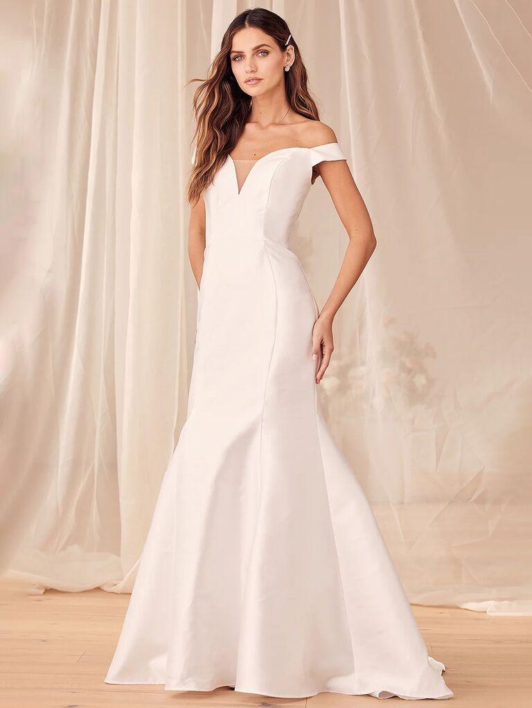 Váy cưới nàng tiên cá trễ vai màu trắng trơn lulus với đường viền cổ yếm xẻ sâu và form váy hoa xếp ly vừa vặn váy cưới màu trắng đẹp