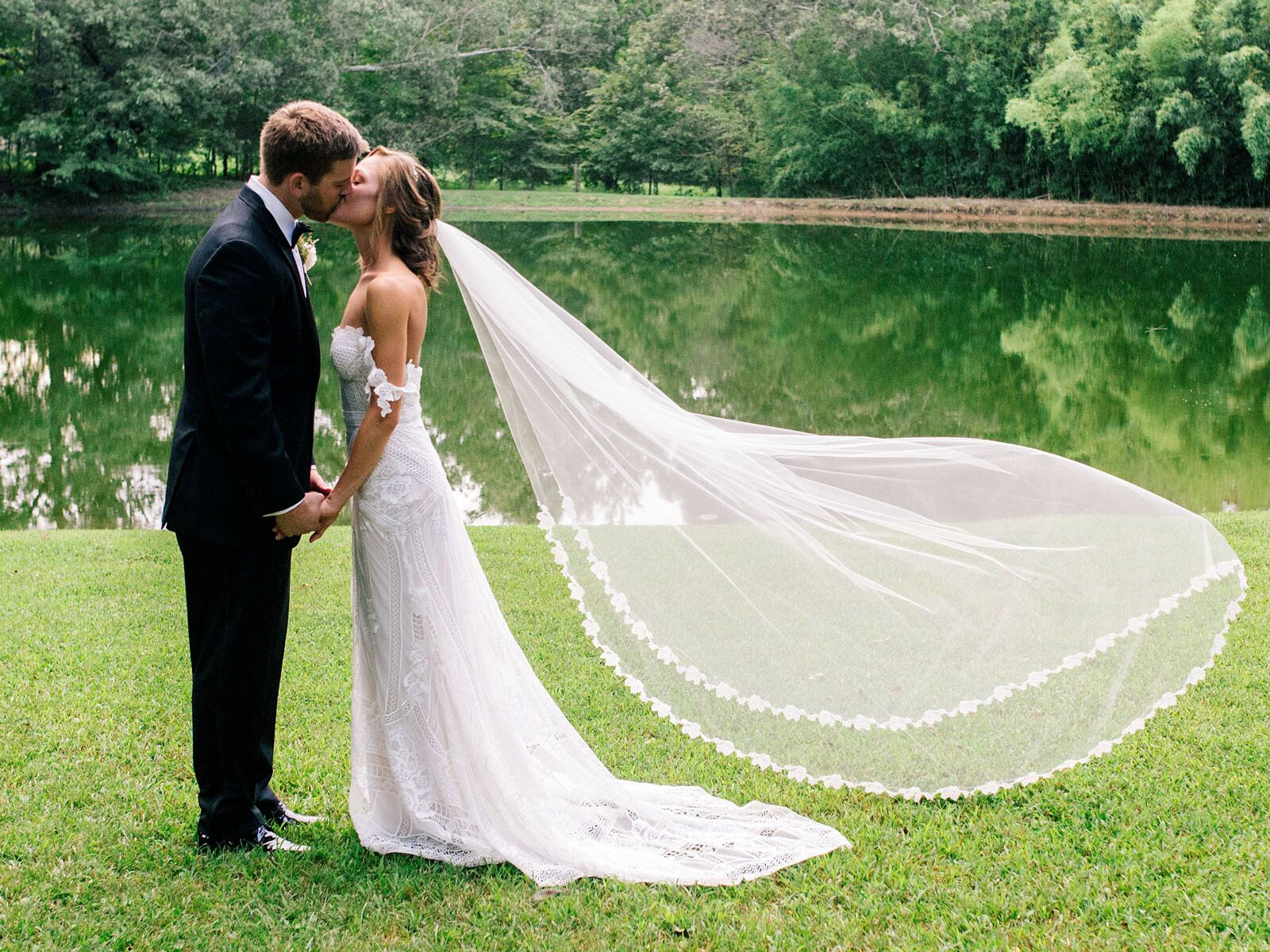 The Best Time To Take Off Your Wedding Veil