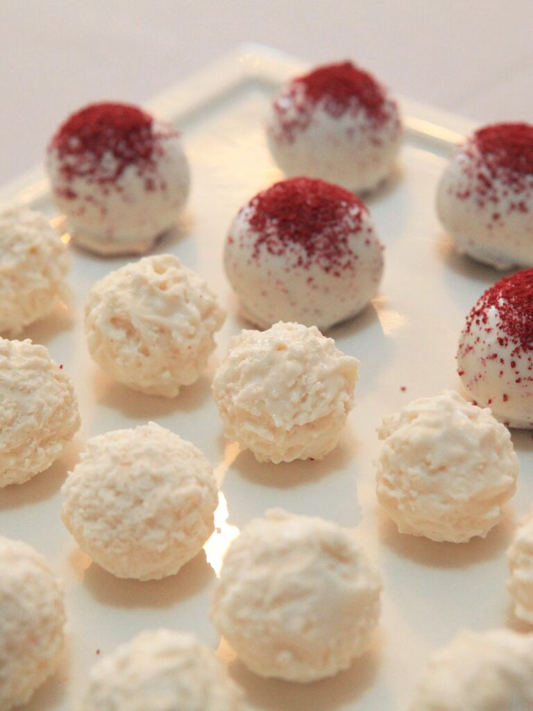 Small Mexican wedding cookies with powdered sugar