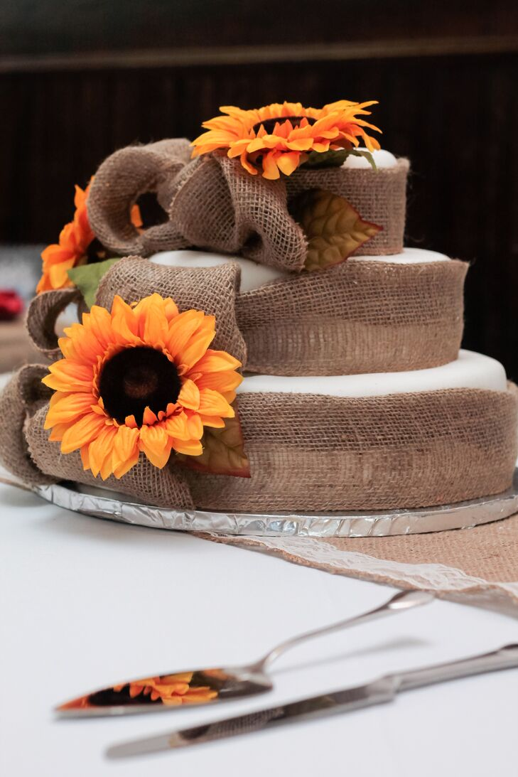 True to Southern country style, Alisha and Cody's cake was covered in burlap.