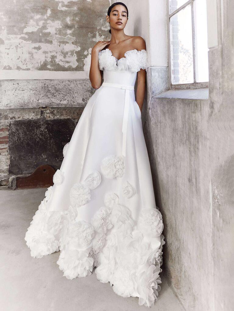 Viktor and rolf váy cưới trễ vai màu trắng trơn với đường viền cổ áo bằng vải tuyn buộc túi eo và váy dạ hội xếp li có trang trí hoa  váy cưới màu trắng đẹp