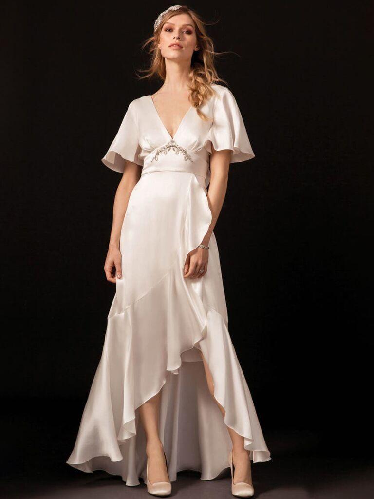 Đầm suông satin với chi tiết đính kết và hở lưng váy cưới đẹp