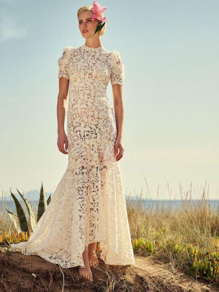 Váy ren với chân váy cưới đẹp cao đến thấp và tay ngắn tinh tế