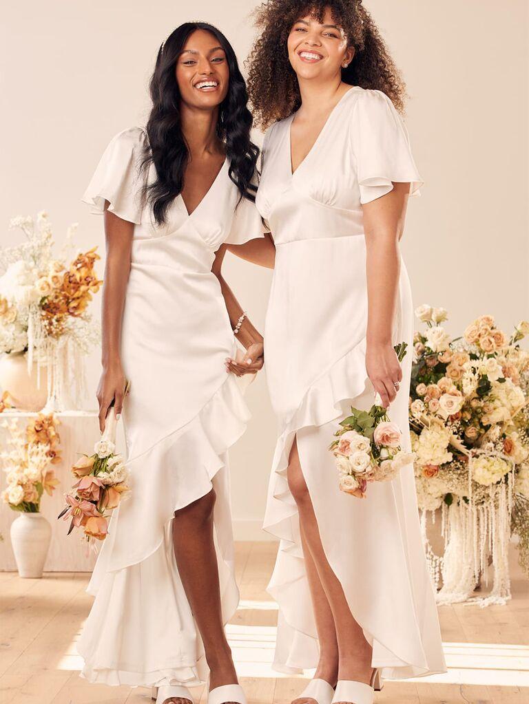 Cổ chữ V và tay áo bồng bềnh với viền bèo váy cưới đẹp