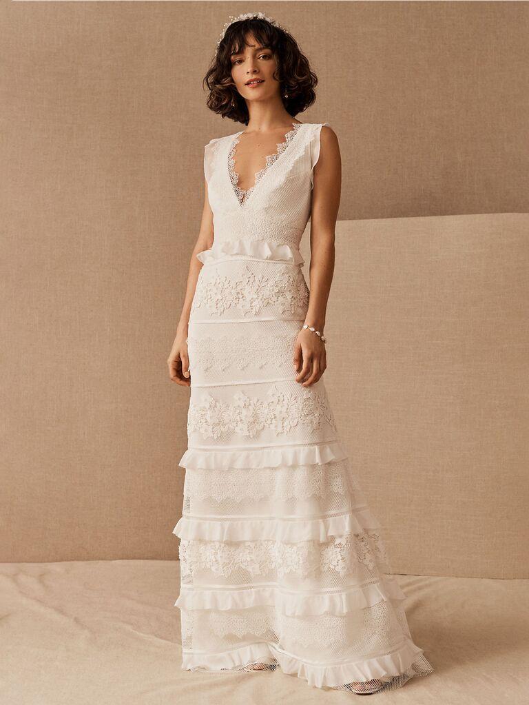 Váy cưới bhldn màu trắng với dây đai dày cổ chữ v có viền ren và váy xếp tầng có ren và bèo váy cưới đơn giản đẹp
