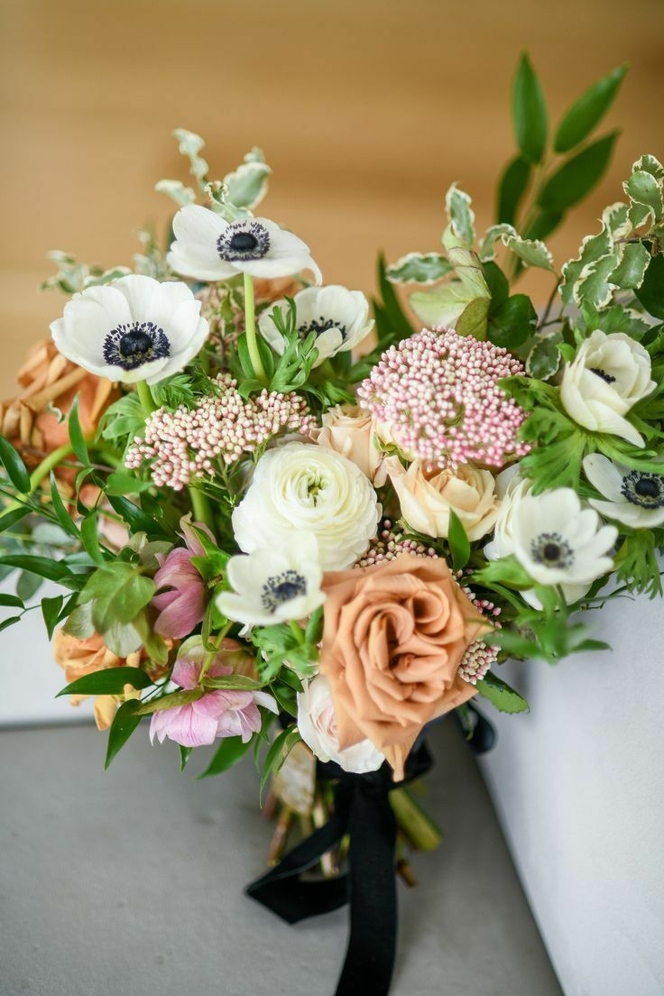 Bouquet with roses and anemone blooms