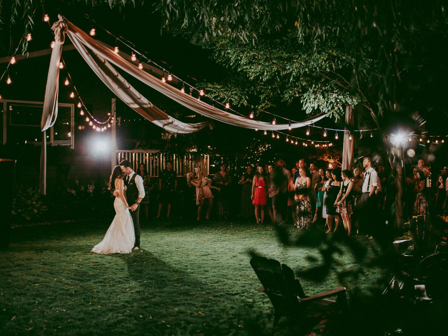 10 Backyard Wedding Ideas & Decorations to Bring It To Life