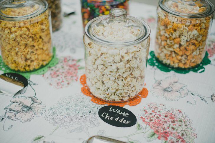 Flavored popcorn was available to guests during the cocktail hour.