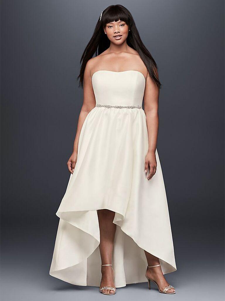 Đường viền cổ váy cưới đẹp với váy hoa và thắt lưng bạc tối giản