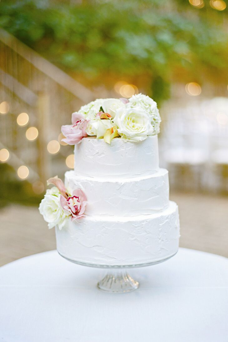 Mackenzie and Tim selected a dense chocolate cake with rustic white frosting topped with fresh flowers.