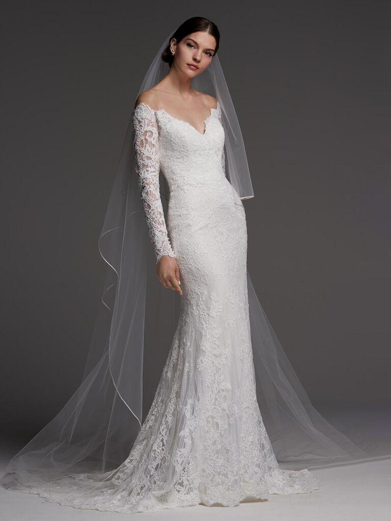 Những chiếc váy cưới trễ vai màu ngà và màu hàu với đường viền cổ chữ v áo dài ren xuyên thấu và phom váy vừa vặn váy cưới màu trắng đẹp
