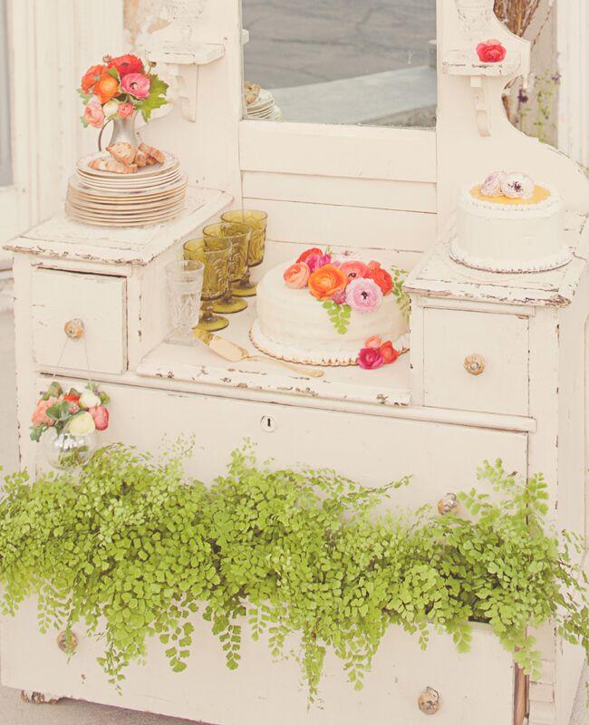 Wedding cake tables: Maria Mack Photography / TheKnot.com