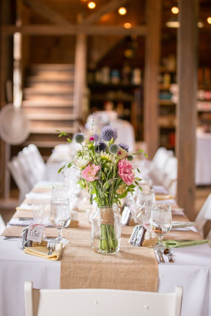 Rustic burlap runners topped white table linens.
