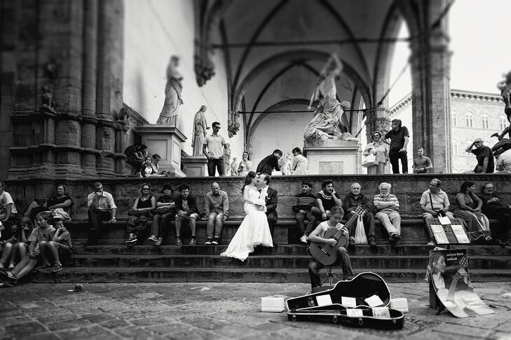 Before joining their family members and friends, Lindsay and Robert took a few private moments to walk through Florence. The couple were able to the capture the beauty of the city in their first-look shots.