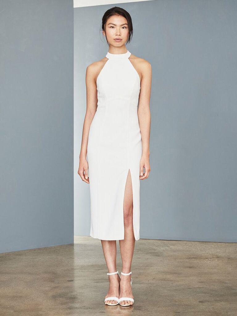 Amsale váy cưới màu trắng sheath midi với dây lưng lưới cổ yếm có nút và váy trơn có đường xẻ váy cưới đơn giản đẹp