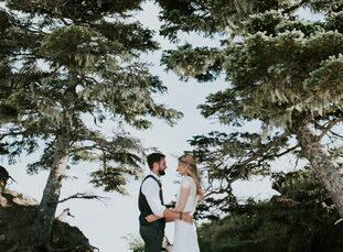 Alexandra (Alle) Weil (31 and a holistic nutritionist) and Tim Peper (35 and an actor) combined their love of Maine's coastal charm and Georgia O'Keef