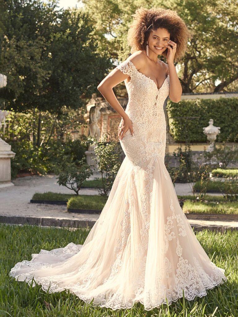 maggie sottero màu ngà trong chiếc váy cưới trễ vai với ren cổ yếm và váy hoa xếp nếp vừa vặn váy cưới màu trắng đẹp