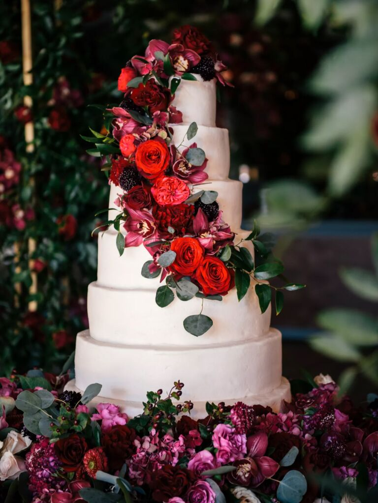 winter wedding ideas red flowers on cake