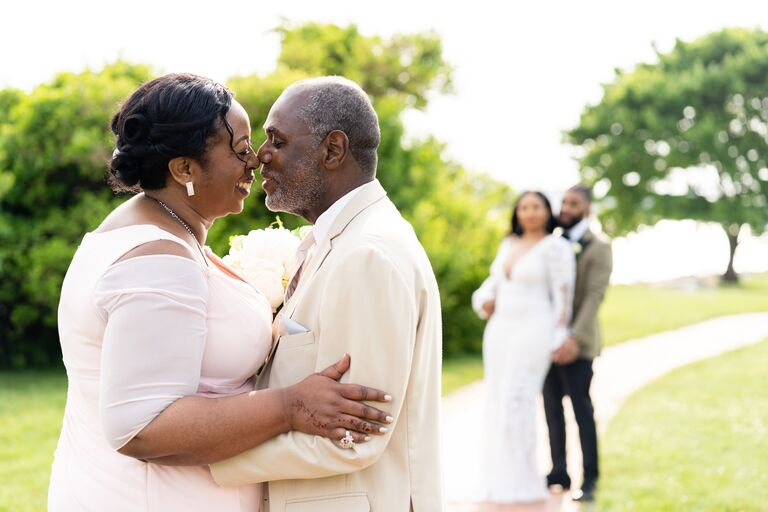 parents of the bride kissing